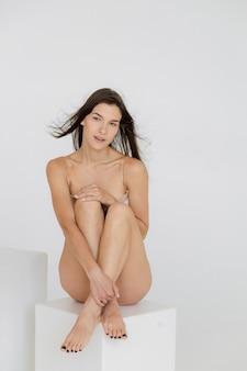 Amitié beauté corps positif et personnes concept groupe de femmes heureuses différentes en sous-vêtements sur fond gris photo de haute qualité