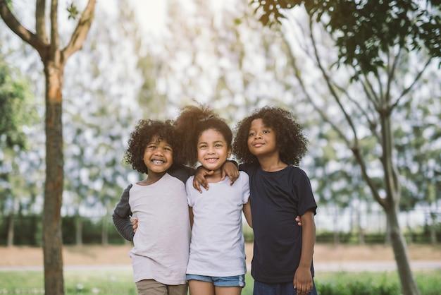 Amitié ensemble d'enfants bonheur souriant.