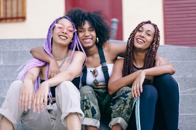 Amitié entre trois femmes ethniques américaines