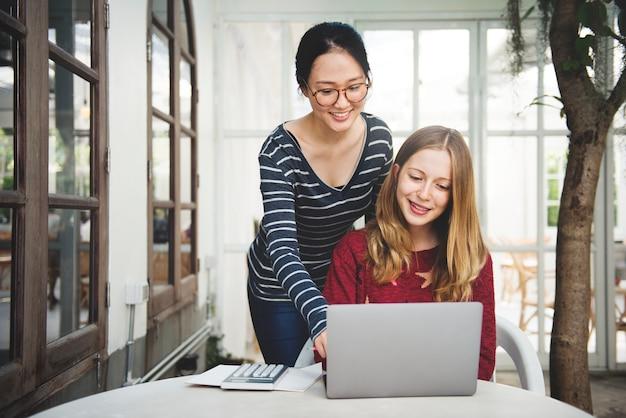 Amitié de femmes étudiant le concept de technologie de remue-méninges