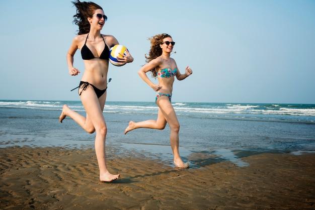 Amitié femmes jouant au concept d'été de volleyball beach
