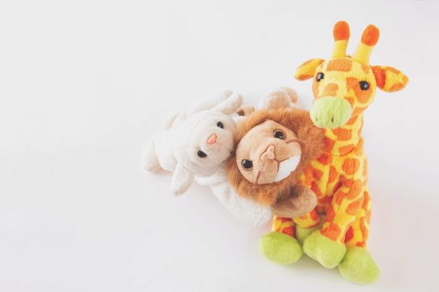 Amitié - une girafe mignonne avec des amis tient dans ses bras