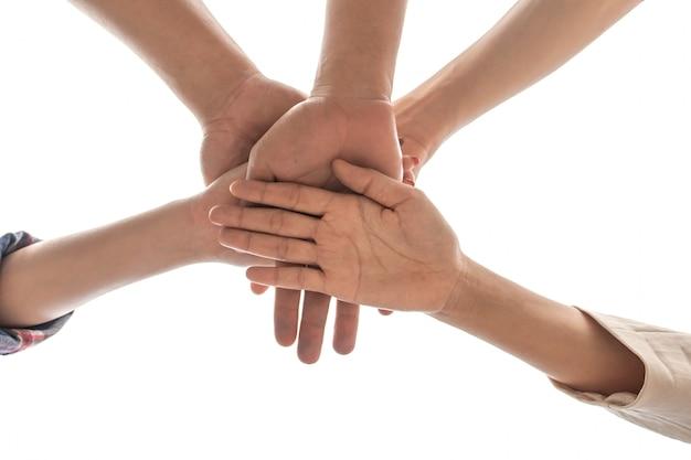 Amitié personnes partenariat travail d'équipe empiler des mains sur fond blanc