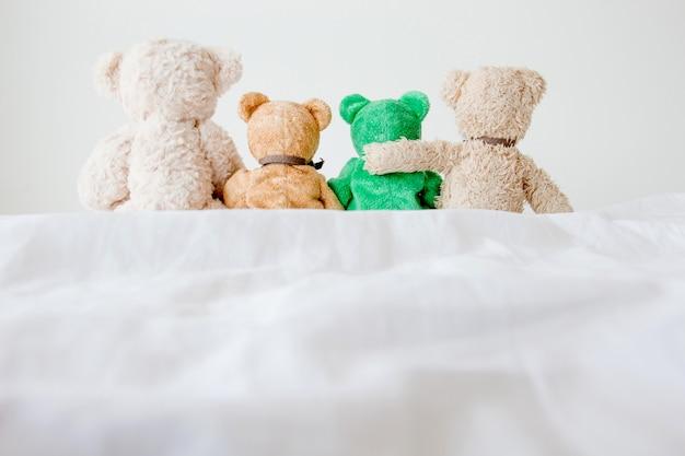 Amitié - quatre ours en peluche se tenant l'un à l'autre