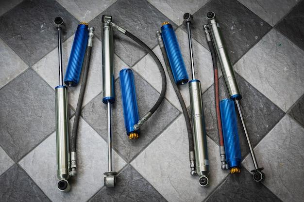 Amortisseur usagé avec réservoir auxiliaire pouvant régler la douceur de la voiture.
