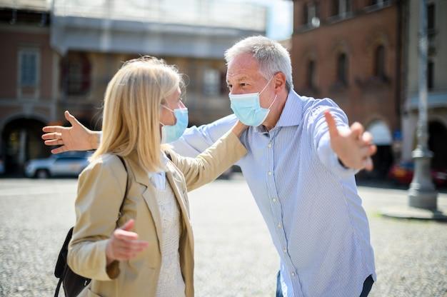 L'amour au temps du coronavirus. couple de personnes âgées se réunissant à nouveau après un long verrouillage