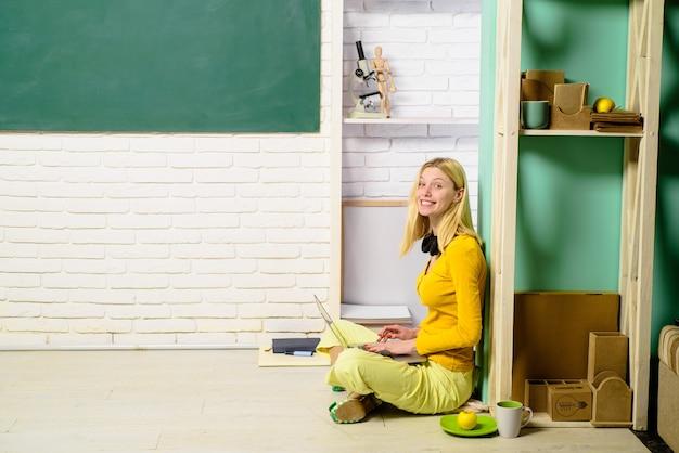 Amour chez un étudiant universitaire se préparant à un test ou à un examen à la maison et à l'éducation au lycée