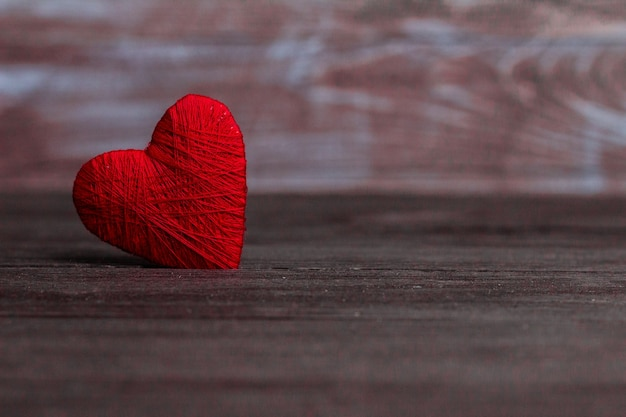 Amour coeurs sur fond de texture en bois concept de carte saint valentin