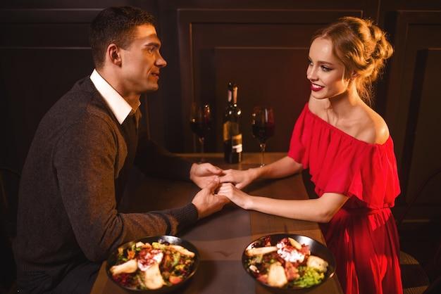 Amour couple au restaurant, soirée romantique