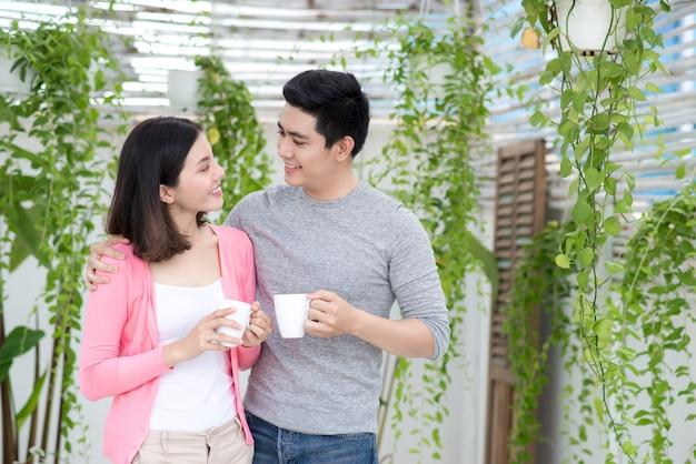 Amour couple à la maison. jeune asiatique se reposant sur le jardin d'un balcon.