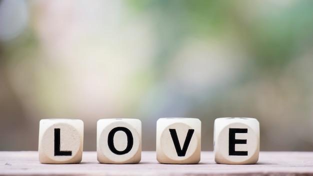 L'amour sur des cubes en bois pour le concept de la saint-valentin.