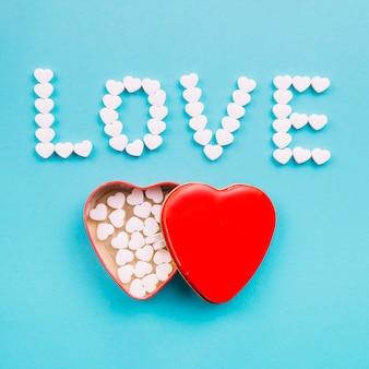 L'amour écrit près de la boîte en forme de coeur