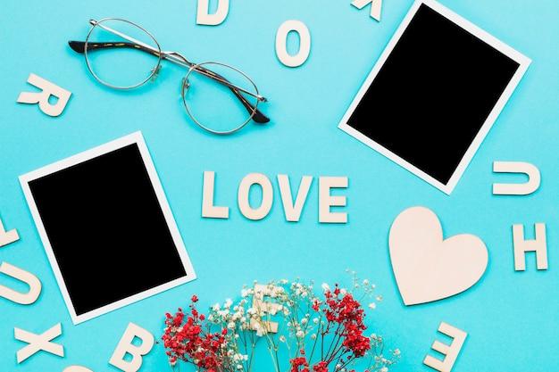 L'amour écrit près de photos et de verres polaroid