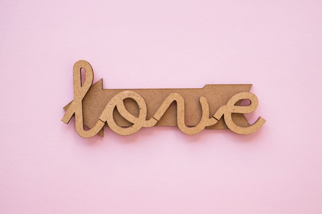 Amour élégant écrit sur la flèche de bois