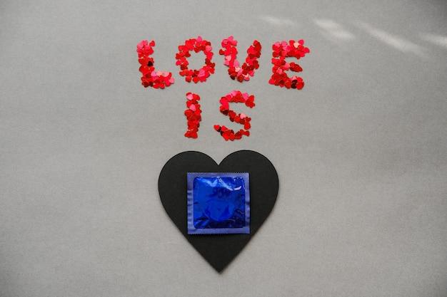 L'amour est un slogan d'amour avec des préservatifs sur le cœur.