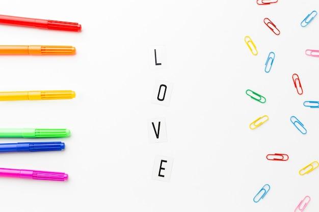 Amour fierté et articles de papeterie colorés