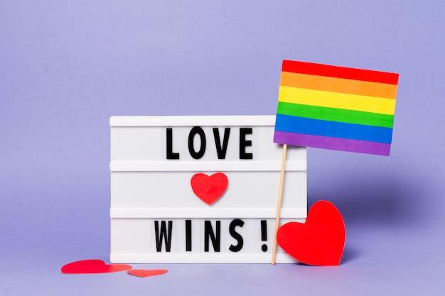 L'amour gagne avec le drapeau arc-en-ciel