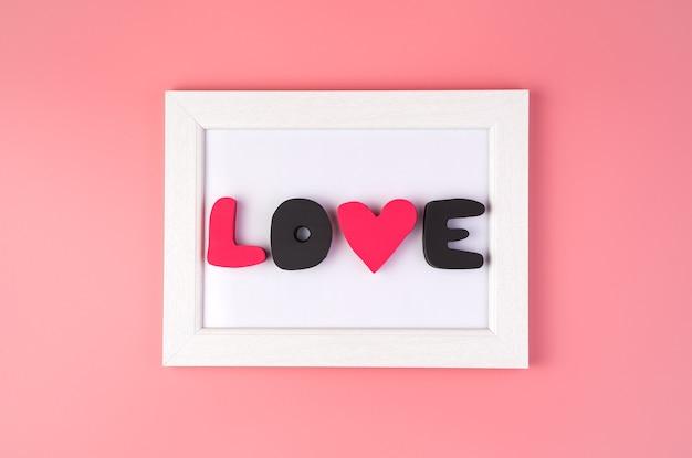 L'amour d'inscription dans un cadre blanc.