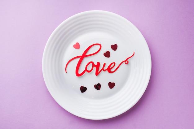 Amour inscription plaque blanche. concept de la saint-valentin.