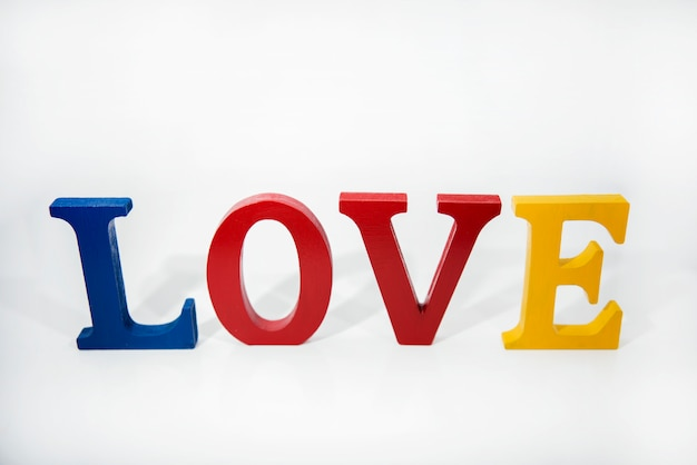L'amour des lettres en bois colorées sur fond blanc.