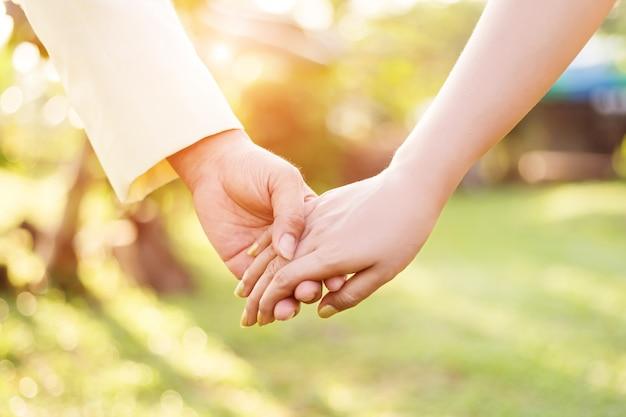 Amour main, mariage, saint valentin, ensemble, main dans la main.