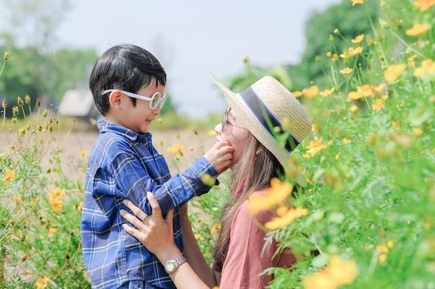 L'amour de la mère et son fils dans la nature