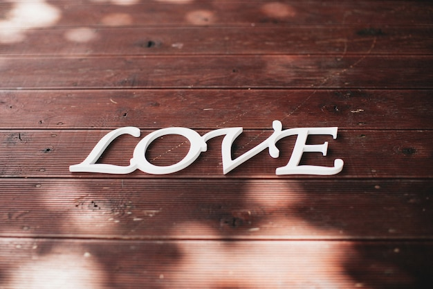 Amour de mot blanc sur le bois brun. photo de haute qualité