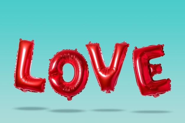 Amour de mot dans l'alphabet anglais de ballons rouges sur une lumière