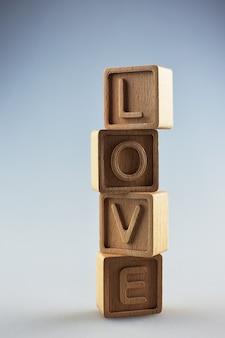 L'amour de mot est fait de cubes sur un fond clair