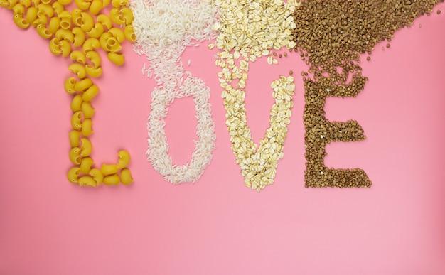 Amour de mot sur un mur rose de céréales
