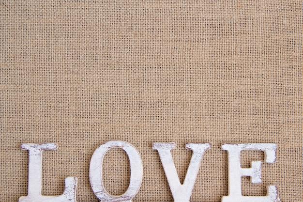 Amour de mot sur la vue de dessus de toile de jute avec espace copie