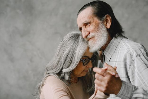 L'amour Ne Vieillit Jamais. Joyeux Vieux Couple Romantique à La Retraite Dansant Dans Le Salon. Photo gratuit