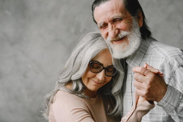 L'amour ne vieillit jamais. joyeux vieux couple romantique à la retraite dansant dans le salon.