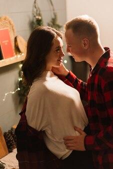 Amour, noël, couple, concept de proposition - homme heureux donnant une bague de fiançailles en diamant à une femme