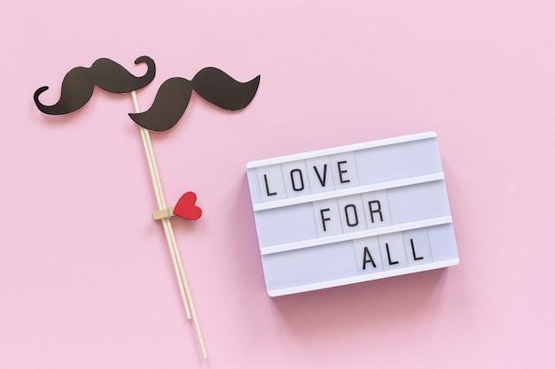 Amour pour tout le texte de la boîte à lumière et quelques accessoires de moustache en papier