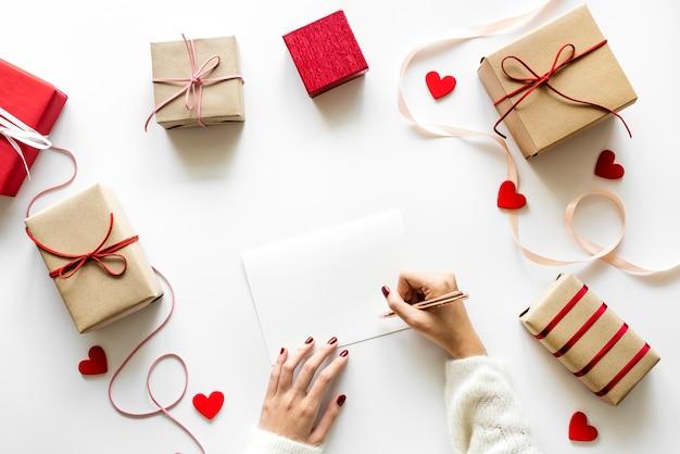 Amour et romance concept cadeaux et lettre