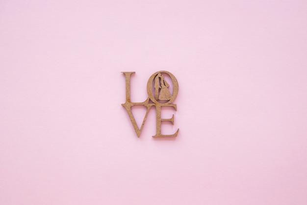 Amour sculpté écrit avec des silhouettes de couple