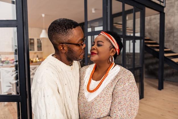 L'amour vrai. beau couple afro-américain se regardant dans les yeux tout en étant amoureux