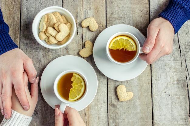 Amoureux de boire du thé. mise au point sélective. buvez chaud.