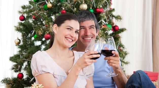 Amoureux de boire du vin à homa à noël