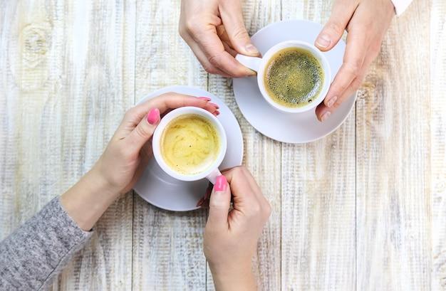 Les amoureux boivent du café ensemble. mise au point sélective. personnes.