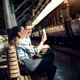 Amoureux couple convivial rencontre voyage concept