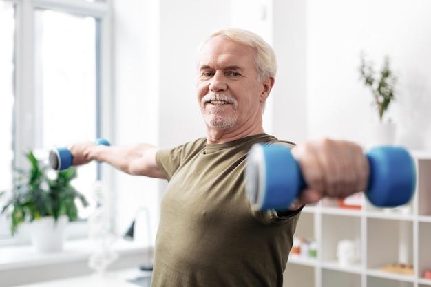 Amoureux du sport. bel homme actif pratiquant des activités physiques tout en faisant du sport