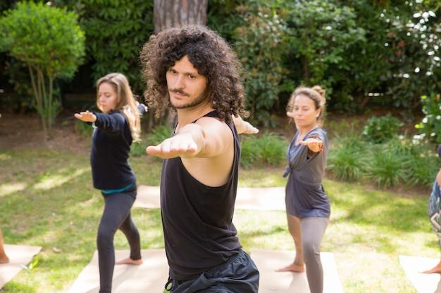 Amoureux du yoga profitant d'une formation dans un parc