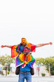 Amoureux gais gais sales ayant fan sur rue