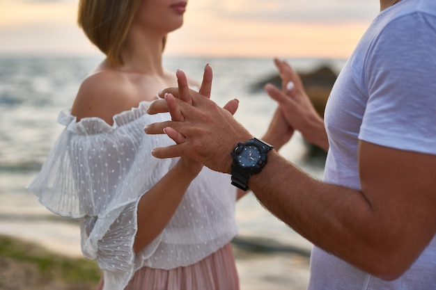 Amoureux homme et femme câlin et baiser debout à la falaise