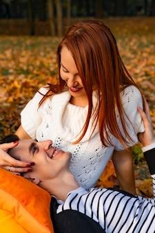 Amoureux homme et femme dans le parc en automne