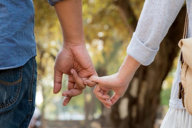 Amoureux marchant main dans la main