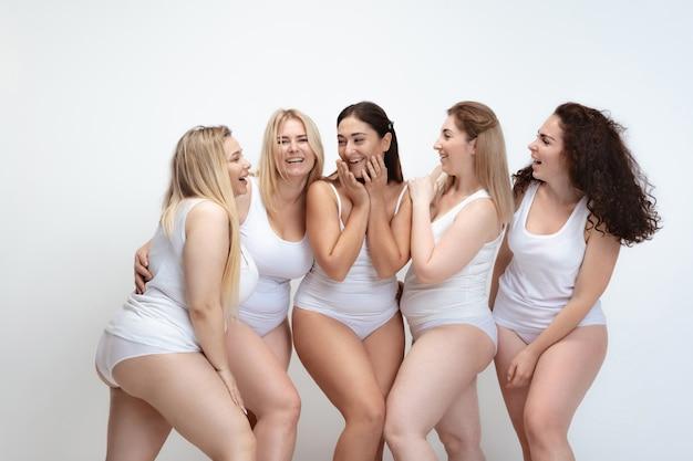 Amoureux de moi-même. portrait de belles jeunes femmes taille plus posant sur blanc