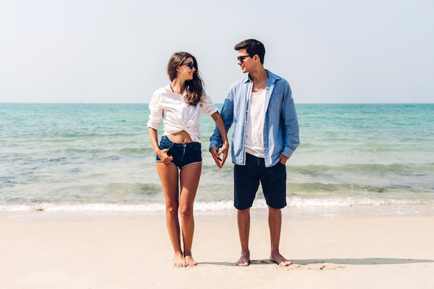 Amoureux romantiques jeune couple se détendre ensemble sur la plage tropicale